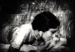 Bild: Devika Rani kissing Himanshu Rai in Karma (1933) – Himanshu Rai