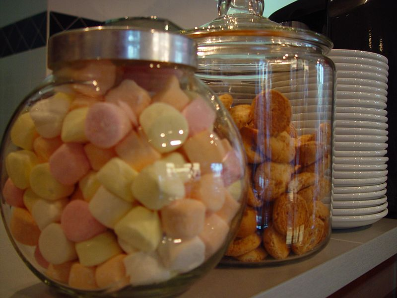 Marshmellows_and_shortbread_cookies_in_jars