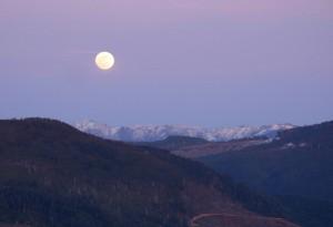 Bild: Full moon over the Siskiyous by Gary Muir / Wikimedia Commons